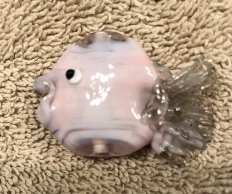 PINKY GLASS FISH BEAD